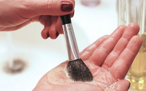 como-limpiar-mejores-brochas-de-maquillaje