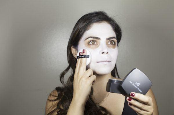 maquillaje-catrina-Aplicar-base-de-color-blanca-2