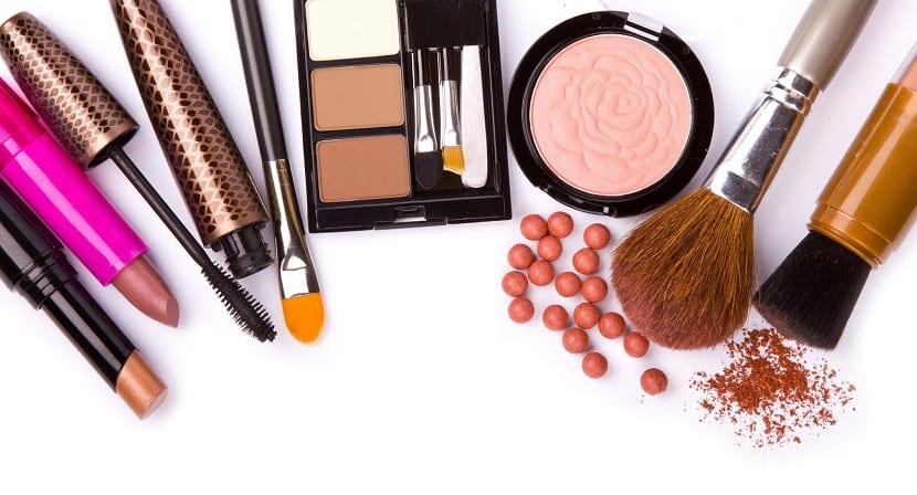 15 productos básicos de maquillaje para utilizar a diario en casa