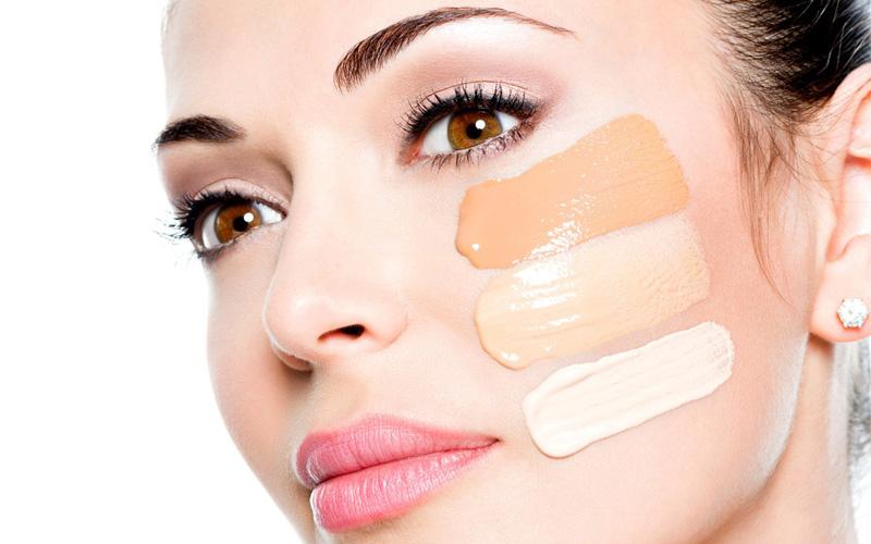 ¿Cómo aplicar la base de maquillaje líquida?